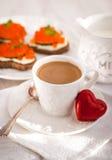 Café da manhã romântico com café e brindes Fotos de Stock Royalty Free