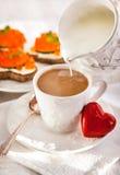Café da manhã romântico com café e brindes Imagens de Stock