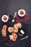 Café da manhã romântico duas xícaras de café, cappuccino com cookies do chocolate e biscoitos perto dos corações vermelhos no fun Imagens de Stock Royalty Free