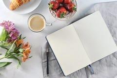 Café da manhã romântico da manhã - mag do café, caderno vazio Fotos de Stock Royalty Free