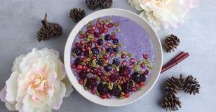 Café da manhã roxo bonito da bacia do batido Imagem de Stock Royalty Free