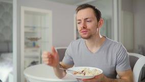 Café da manhã saboroso antropófago novo com a apreciação em casa que gesticula os polegares acima filme