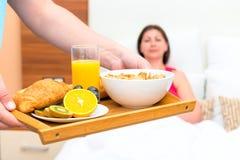 Café da manhã saboroso e saudável em uma bandeja Fotos de Stock