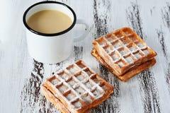 Café da manhã saboroso, waffles vienenses frescos deliciosos e xícara de café no fundo de madeira fotografia de stock