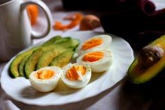 Café da manhã saudável - abacate e ovos Imagem de Stock Royalty Free