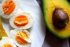 Café da manhã saudável - abacate e ovos Fotos de Stock Royalty Free