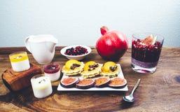 Café da manhã saudável ajustado na tabela de madeira rústica Foto de Stock Royalty Free