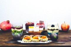 Café da manhã saudável ajustado na tabela de madeira rústica Imagens de Stock Royalty Free