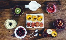 Café da manhã saudável ajustado na tabela de madeira rústica Foto de Stock