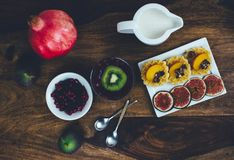 Café da manhã saudável ajustado na tabela de madeira rústica Fotografia de Stock Royalty Free