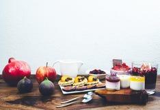 Café da manhã saudável ajustado na tabela de madeira rústica Fotos de Stock