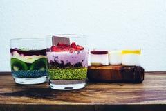 Café da manhã saudável ajustado na tabela de madeira rústica Imagem de Stock