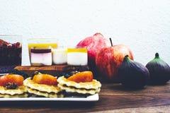 Café da manhã saudável ajustado na tabela de madeira rústica Fotografia de Stock