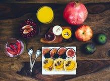 Café da manhã saudável ajustado na tabela de madeira rústica Imagens de Stock