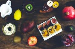 Café da manhã saudável ajustado na tabela de madeira rústica Fotos de Stock Royalty Free