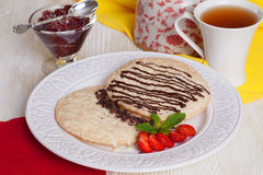 Café da manhã saudável com bolos secos leite condensado, chocolate, morango, ainda vida Foto de Stock Royalty Free