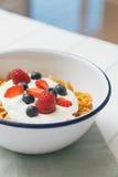 Café da manhã saudável com cereais e bagas em um e Foto de Stock