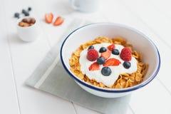 Café da manhã saudável com cereais e bagas em um e foto de stock royalty free