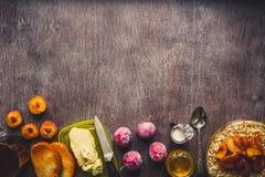 Café da manhã saudável com farinha de aveia em uma bacia de vidro e em um fruto na tabela toned Imagens de Stock