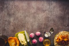 Café da manhã saudável com farinha de aveia em uma bacia de vidro e em um fruto na tabela toned Fotografia de Stock