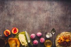 Café da manhã saudável com farinha de aveia em uma bacia de vidro e em um fruto na tabela toned Foto de Stock