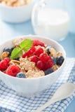 Café da manhã saudável com flocos de milho e baga Fotos de Stock Royalty Free