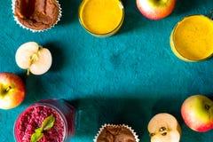 Café da manhã saudável com latte da cúrcuma na opinião superior do fundo ciano imagens de stock royalty free