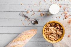 Café da manhã saudável com muesli e leite Imagens de Stock