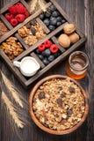 Café da manhã saudável com muesli, granola Mel, porcas, mirtilos, framboesas, leite Fotos de Stock