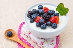 Café da manhã saudável com o iogurte e a baga, fazendo dieta, frescor, minuto imagens de stock