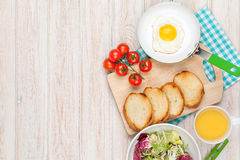 Café da manhã saudável com ovo frito, brindes e salada Fotos de Stock Royalty Free