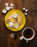 Café da manhã saudável com ovos fritos em uma frigideira em uma tabela de madeira Foto de Stock