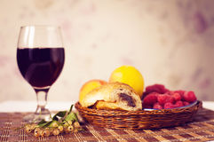 Café da manhã saudável com suco e croissant Bagas saborosos frescas Imagens de Stock Royalty Free
