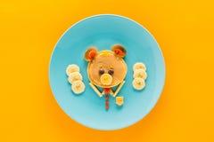 Café da manhã saudável criativamente denominado no tabletop colorido Fotos de Stock