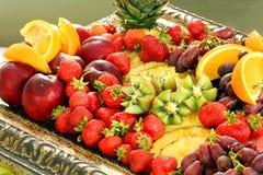 Café da manhã saudável do fruto com o abacaxi e o quivi da uva da morango Fotos de Stock