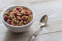 Café da manhã saudável do Granola com sementes e colher da romã Imagem de Stock