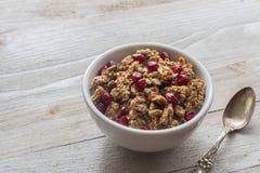Café da manhã saudável do Granola com sementes e colher da romã fotografia de stock