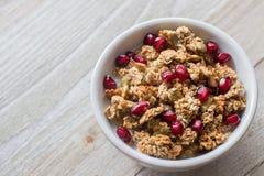 Café da manhã saudável do Granola com sementes da romã fotografia de stock