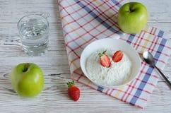 Café da manhã saudável do requeijão com morangos, água e Imagem de Stock Royalty Free