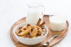 Café da manhã saudável - farinha de aveia com maçãs, passas, canela Fotos de Stock Royalty Free