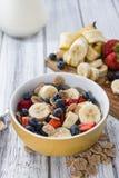 Café da manhã saudável (flocos de milho com frutos) Fotografia de Stock Royalty Free