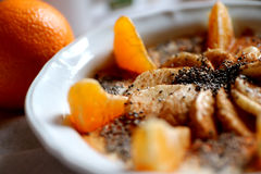 Café da manhã saudável - frutos, laranjas, banana, sementes do chia, fundo da canela Imagens de Stock Royalty Free