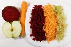 Café da manhã saudável, maçã raspada, cenoura e beterraba Foto de Stock