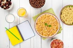 Café da manhã saudável na tabela de madeira branca Imagens de Stock Royalty Free