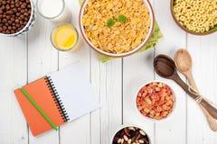 Café da manhã saudável na tabela de madeira branca Foto de Stock Royalty Free