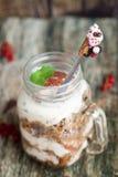 Café da manhã saudável nos frascos de pedreiro de vidro Foto de Stock