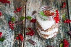 Café da manhã saudável nos frascos de pedreiro de vidro Fotografia de Stock Royalty Free