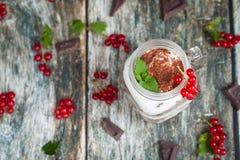 Café da manhã saudável nos frascos de pedreiro de vidro Fotografia de Stock