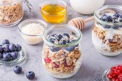 Café da manhã saudável - os frascos de vidro da aveia lascam-se com fruto fresco Foto de Stock Royalty Free