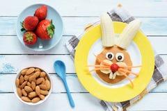 Café da manhã saudável da Páscoa para crianças Páscoa Bunny Shaped Pancake With Fruits fotos de stock